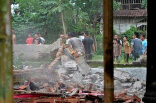 A gang of youths in Gegerung village, West Lombok district, on Friday destroying an empty home belonging to the Ahmadiyah community, which was forced to seek refuge in Mataram after a 2006 pogrom. (JG Photo/Fitri)