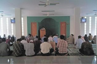 An Ahmadiyah congregation in South Jakarta holding Friday prayers after their mosque was attacked early Friday morning. (JG Photo/Arientha Primanita)
