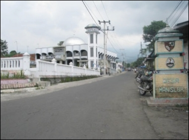 Into the war zone: The Al-Huda mosque in Manislor village in Kuningan regency, West Java, stands at the entry into the village in this photo taken early this month. The village, where 2,000 Ahmadis live side by side with more than 1,000 other villagers, is the epicenter of the unfolding tragedy of discrimination against the minority. JP/Arghea Desafti Hapsari