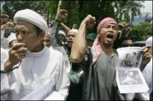 Members of the Islamic Defenders Front (FPI) protesting against the Q! Film Festival in Jakarta last year. Pluralism advocates said hard-liners also disrupted a talk on religious tolerance in Surabaya on Thursday. (AP Photo/Irwin Fedriansyah)