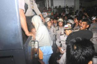 Members of the Ahmadiyah community in Makassar, including 36 women and children, being forcibly evacuated from their provincial office by police on Saturday. (Antara Photo/Yusran Uccang)