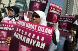 Hundreds of people from the Islamic Community Forum or FUI, rallying for the disbandment of Ahmadiyah sect at Hotel Indonesia traffic circle in May 2009. (JG Photo/Safir Makki)