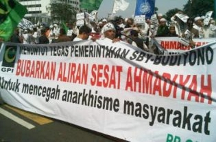 Around 500 people join the FPI rally in Jakarta, urging the government to disband Ahmadiyah. (Beritasatu Photo/Ulin Yusron)