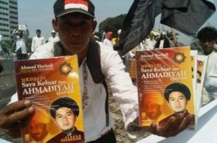 A man sells books titled 'Mengapa Saya Keluar dari Ahmadiyah; ('Why I Left Ahmadiyah') during a recent FPI rally in Jakarta. (Beritasatu Photo/Ulin Yusron)