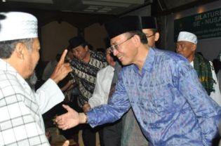 Minister Suryadharma Ali meeting with top religious leaders in Lombok, Mataram, on Sunday. At the meeting, the minister said he was in favor of banning Ahmadiyah but that religious leaders, not the government, had the power to make such a decision happen. (JG Photo/Fitri)