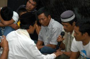 A former Ahmadiyah follower in Bogor reciting an affirmation of mainstream Islamic beliefs on Tuesday. On Wednesday, 18 more Ahmadis renounced their faith in Sukabumi. (Antara Photo)