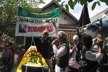 Taking law into own hands: Members of the Islamic People's Front (FUI) speak in front of police after sealing the office of minority Islamic sect Ahmadiyah in Yogyakarta on Sunday. Yogyakarta provincial administration has refused to ban the sect's activities. JP/Slamet Susanto