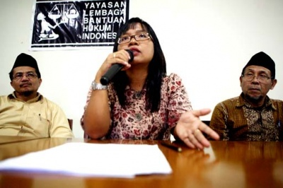 Rejecting 'biased dialogue': Indonesian Legal Aid Foundation chairwoman Erna Ratnaningsih (center) speaks at a press conference in Jakarta on Monday, accompanied by Jamaah Ahmadiyah Indonesia (JAI) spokesperson Jafrullah Ahmad Pontoh (left) and JAI vice president Mirauddin (right). Erna said her clients, Ahmadiyah followers, refused to honor the Religious Affairs Ministry's invitation to dialogue. JP/Ricky Yudhistira