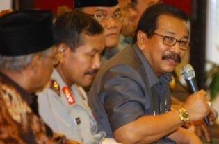 East Java Governor Soekarwo, right, issued a decree on Monday to ban Ahmadiyah in the province. The central government showed its support for the decree on Tuesday. (AFP Photo)