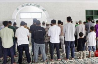 An Ahmadiyah congregation performing Friday prayers At al-Hidayah Mosque in Sawangan, Depok, earlier this month. The mosque was sealed off by a mob of residents on March 19. (Antara Photo)