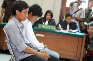Dede Novi, left, and Aldi Afriansyah were handed six-month jail terms by the Cibinong District Court on Wednesday. (JG Photo/Vento Saudale)