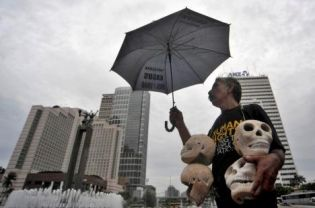 In this file photo, an activist protests on Human Rights Day in Jakarta on Dec. 10, 2010. Watchdog groups say the United States is going too soft on Indonesia in its latest human rights assessment. (Antara Photo)