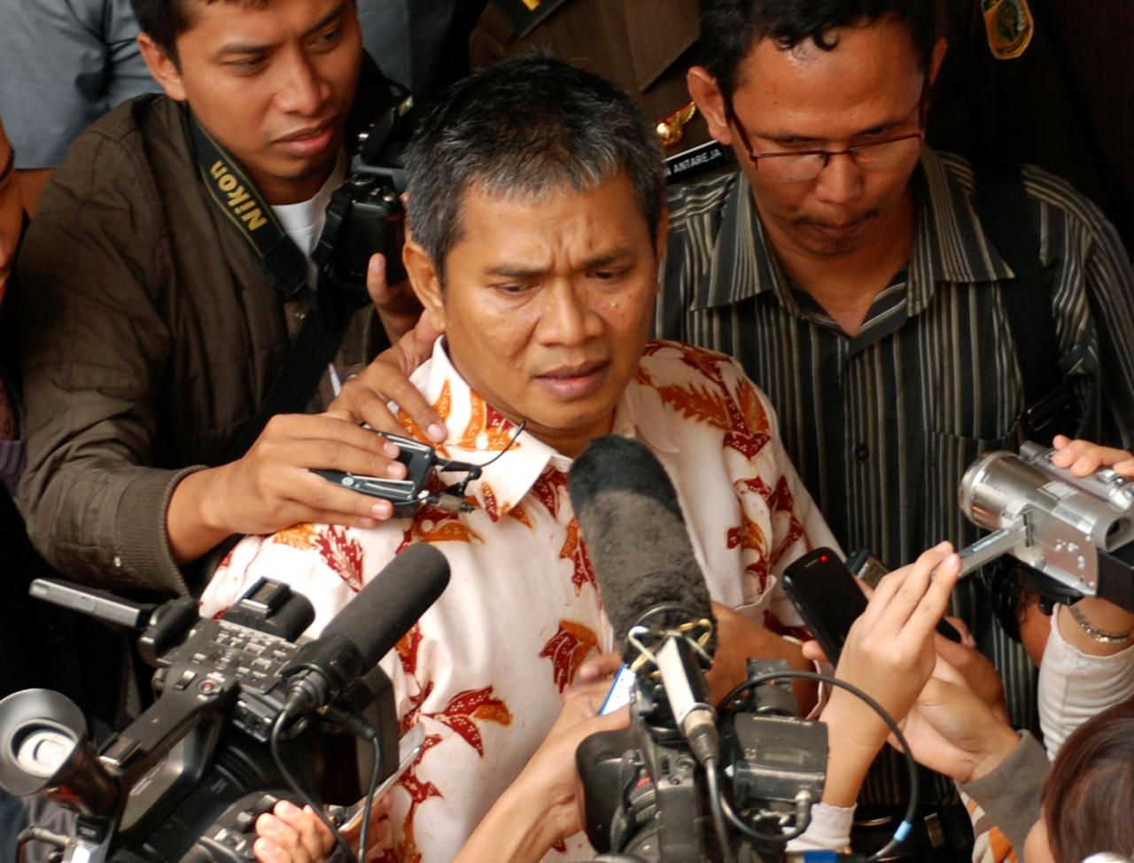 Member of Ahmadiyah sect Deden Sudjana, center, speaks to the press after his trial at a district court in Serang, Banten, Indonesia, Monday, Aug. 15, 2011. The man injured when Muslim hard-liners attacked members of his minority Islamic sect was sentenced Monday to six months in jail, more than some of the actual attackers. (AP Photo)