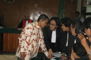 Deden Sudjana, a member of the minority sect Ahmadiyah, consults with his lawyers at the Serang District Court on Monday. Deden is sentenced to six months for obstructing justice and failing to obey authorities during the violent attack on Ahmadiyah community in Cikeusik village, Serang, Banten on Feb. 6, 2011. (JG Photo/Heru Andriyanto)