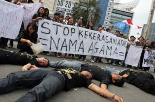 People in Medan protesting against violence in the name of religion and urging the government to act against those behind the anti-Ahmadiyah violence in Cikeusik earlier this year. (Antara File Photo)