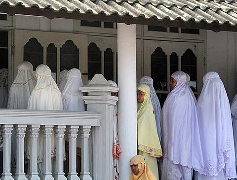 Members of the Ahmadiyah community attend Friday prayers at the An-Nur Mosque in Manis Lor village, in Kuningan, West Java. Indonesian Foreign Minister Marty Natalegawa defended the country's judicial system after a court sentenced Muslim radicals to a few months in jail for killing members of the minority sect (File photo, August 5, 2011).